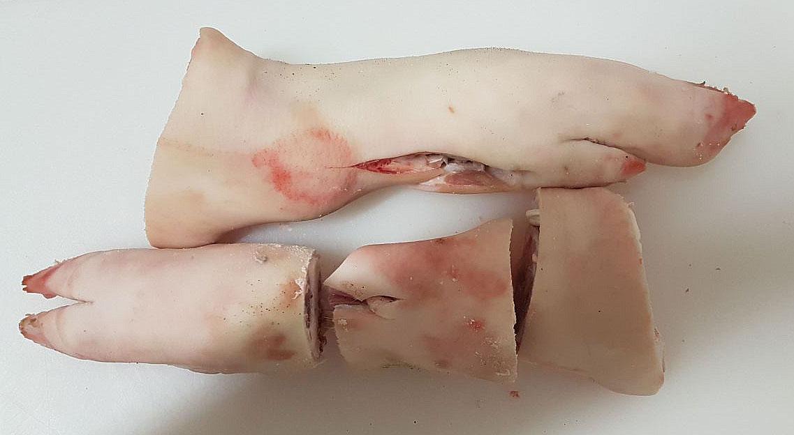 Spitzbein, Schweinefüße, Schweinepfoten, frisch geschlachtet, im Vakuumpack